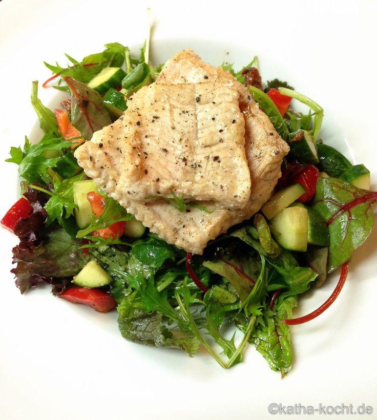 Gebratener Steinbeißer auf buntem Salat - Katha-kocht!