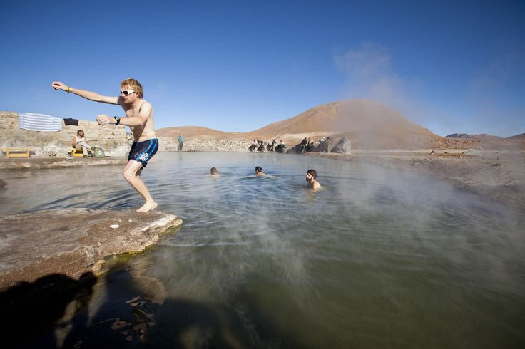 Poza de agua caliente entre los géiseres del #Tatio, #Atacama, #Chile.