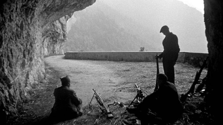 Juin-juillet 1944. Maquis du Vercors.  A proximité du Pont Chabert, trois maquisards surveillent la route qui monte de la vallée.