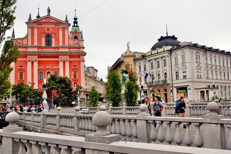 Najciekawsze atrakcje Lublany. TOP 10 stolicy Słowenii. Lublana (Ljubljana) to prawdziwie kameralna stolica. Zamieszkuje ją zaledwie 260 tysięcy mieszkańców. Posiada interesująco położone u podnóża wzgórza zamkowego stare miasto, które ma kształt rogala. W pobliżu przepływa niewielka rzeka Lubljanica. Niemal wszystkie ważniejsze atrakcje znajdują się właśnie w tym rejonie. Ich poznanie zajmie nam niewiele czasu. Spacerkiem tak 3, maksymalnie 4 godziny.