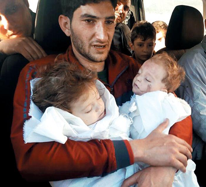 지난 4일(현지 시각) 새벽 시리아 정부군 소속으로 추정되는 전투기의 화학무기 공습으로 9개월 된 쌍둥이를 잃은 압델 하미드 알 유세프씨가 흰 강보에 싸인 아이들의 시신을 끌어안고 침통한 표정을 짓고 있다. 그는 이번 화학무기 공격으로 두 아이와 아내를 포함해 가족과 친척 20여 명을 잃었다.: BROKEN HEART 29 YEARS OF FATHER JUST LOST TWO BABIES, HIS WIFE, 20 FAMILIES FROM THE WMD !