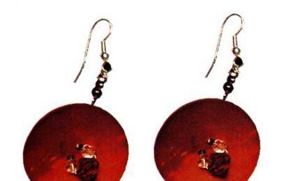 Gioielli fai da te: come realizzare due orecchini da dei semplici bottoni - Due orecchini ricavati semplicemente da due bottoni rotondi in madreperla rossa, impreziositi da qualche perlina dello stesso colore, il tutto montato su due attacchi a monachella. Vediamo come realizzarli.