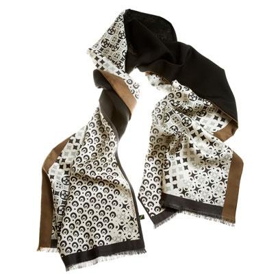 Recuerdos de azulejos portugueses. La tradición versionada en estampados muy llevables.Elegante foulard de doble cara: cara estampada en twill de seda y cara lisa en lana-seda.