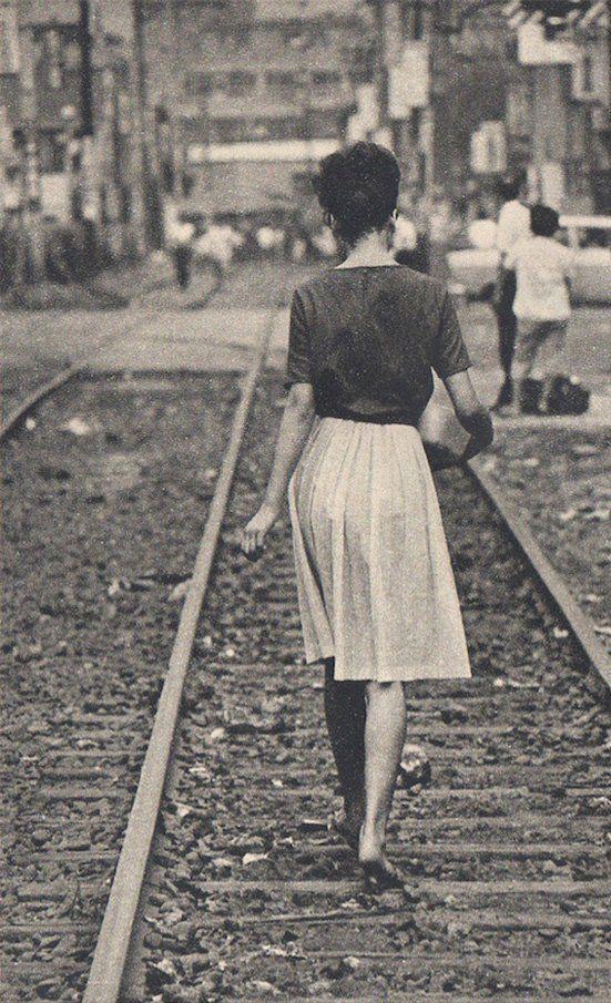 どうして、線路を歩いているのだろう。 ストライキ?事故でもあった? 今は、何があっても、線路上は歩かせない。