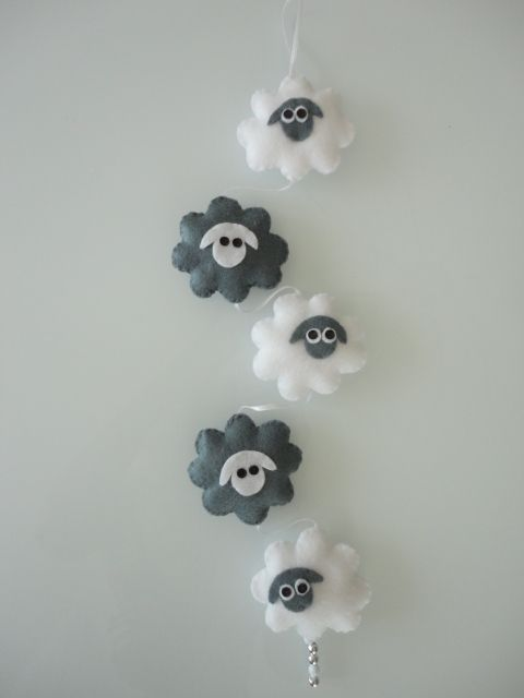 Leuke hanger van vilten schaapjes in de kleuren grijs en wit. Voor op elke babykamer, leuk kado voor de baby.