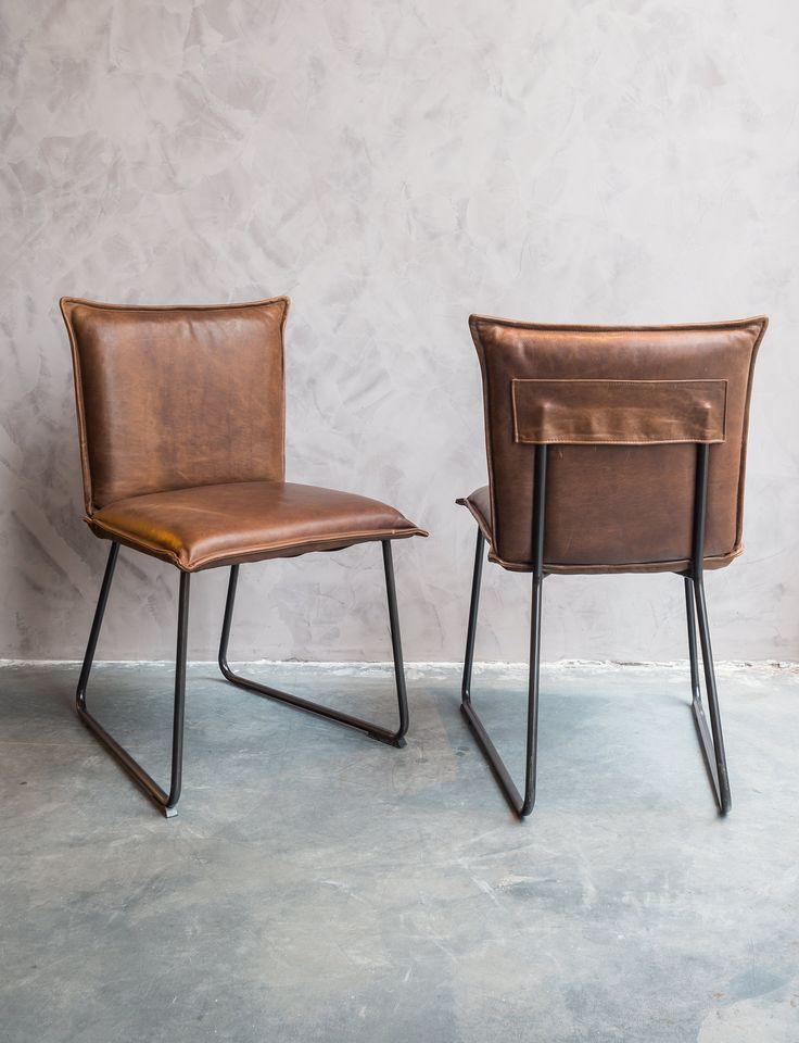 Comfortabele, handgemaakte lederen stoelen. Rug- en zitvlak uit Zuid-Amerikaans buffelleder, massief stalen onderstel.