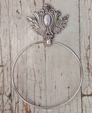 34,99 € Fraaie handdoekring in antiek zilver kleur. De ring heeft een doorsnede van 18 cm. Met 1 schroefgat , excl. schroeven. VASTE prijs:€ 34,99 gewicht:314 gram afmetingen:5 (b) × 28 (h) × 18 (l) cm materiaal:metaal ARTIKELEN ALLEEN TE KOOP TEGEN DE VERMELDE VASTE PRIJZEN ( ONGEACHT AANTAL / BEDRAG ) Verzendkosten ; ALLE PAKKETTEN WORDEN AUTOMATISCH VERZEKERD VERSTUURD. NEDERLAND; 6.75 euro (tot 100 euro) of 7.50 euro 100 -500) Groot formaat pakket 11.25 euro. BELGIE / DUITSLAND ; 0