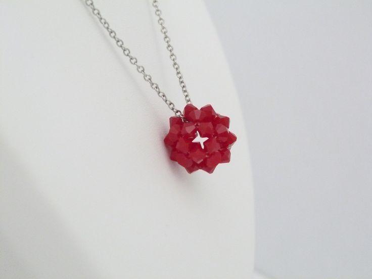 Pendentif rouge opaque en cristal Swarovski : Collier par oana-bruz