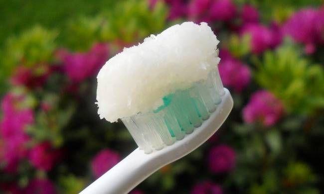 Ecco perché l'olio di cocco è meglio di qualunque dentifricio