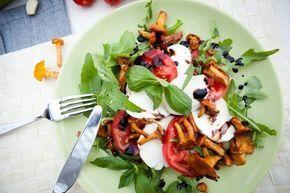 Салат с рукколой, моцареллой и лисичками