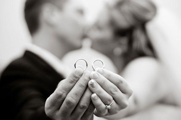 Foto primer plano anillos manos novios