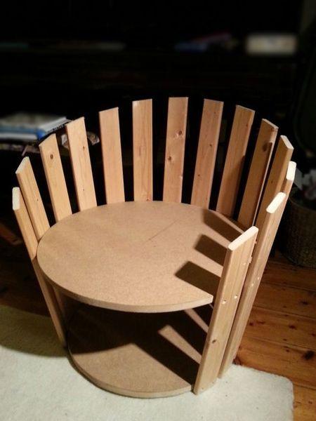 Um par de círculos SupaWood (um menor que o outro) e ripas de pinho e você pode fazer uma cadeira de diversão.  Termine com tinta spray Rust-Oleum 2X em sua escolha da cor e, em seguida, adicione uma almofada confortável