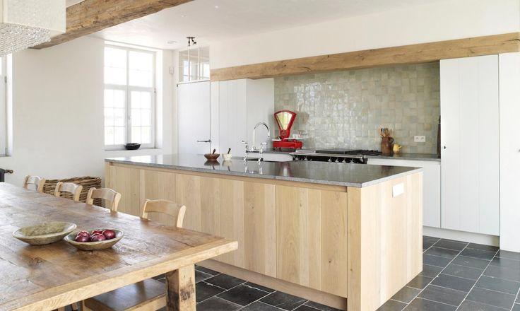 Iemand een combinatie van keukenkasten in eik en gewoon wit houten uitvoering? | Bouwinfo