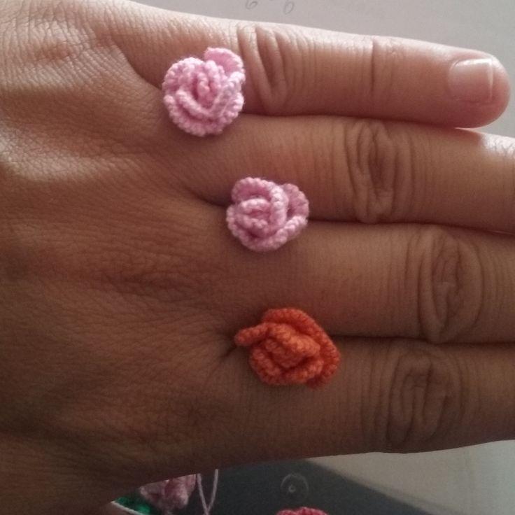 Flores de frivolité en tonos rosa y naranja