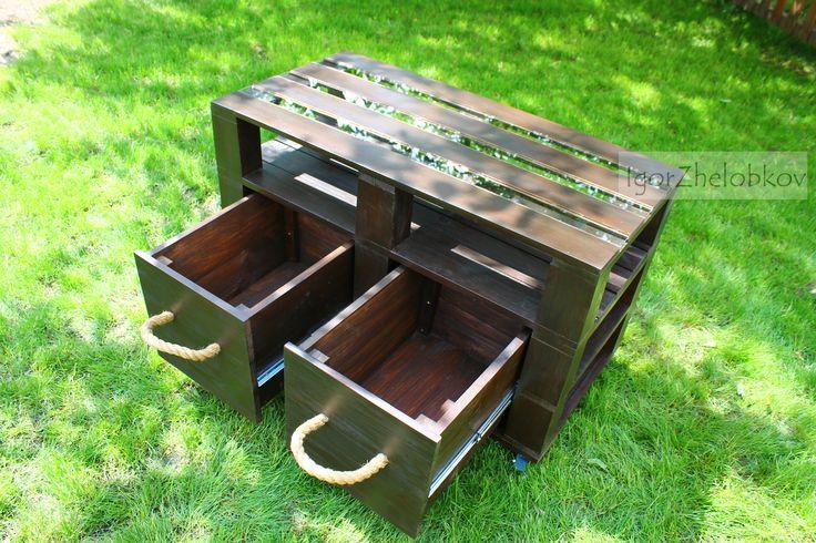 Покрыт столик лессирующей пропиткой на водной основе для внутренних работ. Экологически чистая. Создает долговечное погодостойкое покрытие, подчеркивает текстуру дерева.