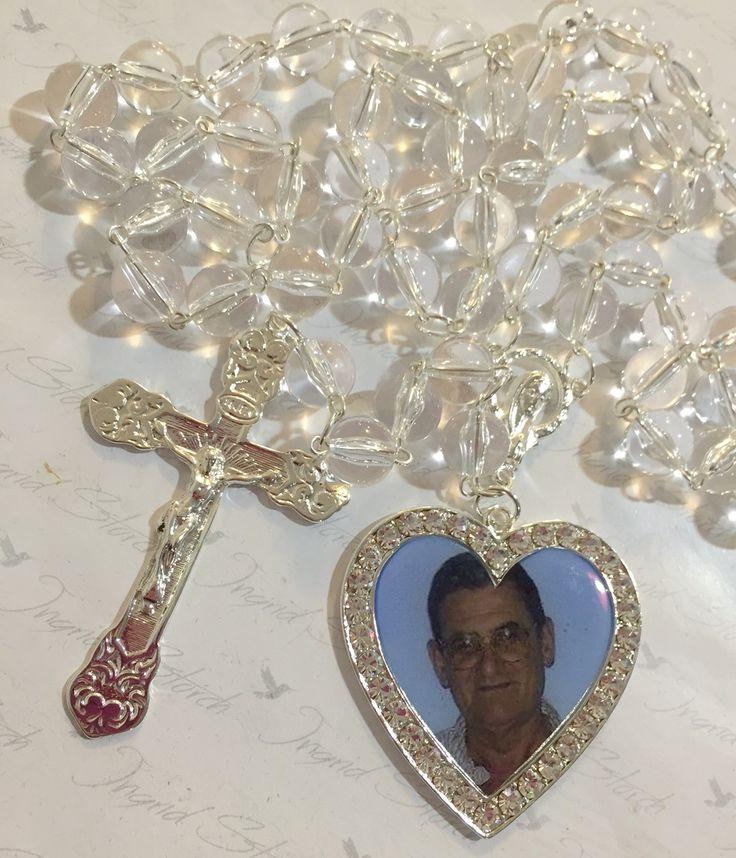 Terço confeccionado com banho prata, pedras importadas em acrilico transparente,crucifixo,medalha resinada e com foto personalizadacom strass,entremeio Nossa Senhora. <br>acompanha saco de organza como embalagem <br>Comprimento: 65.00 cm