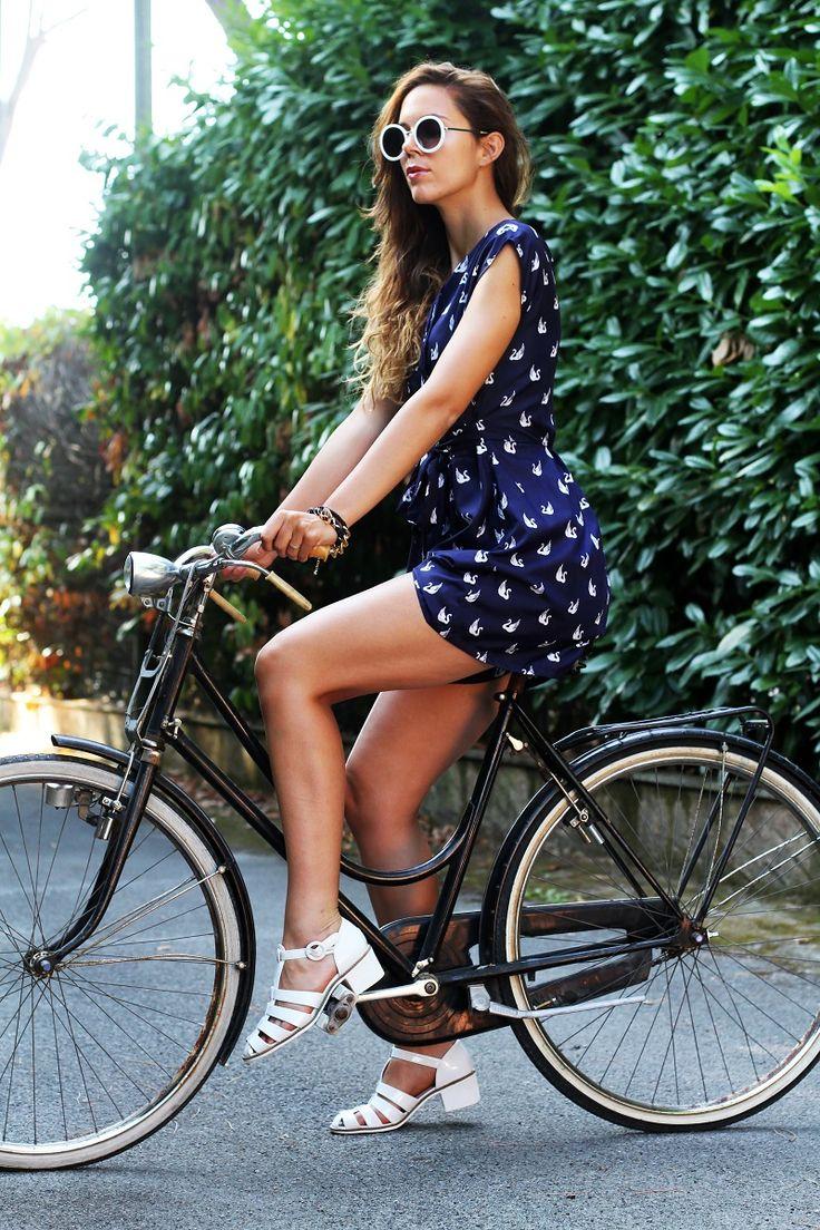 #fashion #fashionista @Irene Colzi versilia in bicicletta occhiali da sole bianchi rotondi tuta rondini con stampa rondini bicicletta graziella