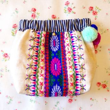 ばねポーチの中心に一本、チロリアンテープを配してシンメトリーに刺繍をすると、民族調。刺繍糸はチロリアンテープに使われている色を使うと一体感のあるデザインになりますね。
