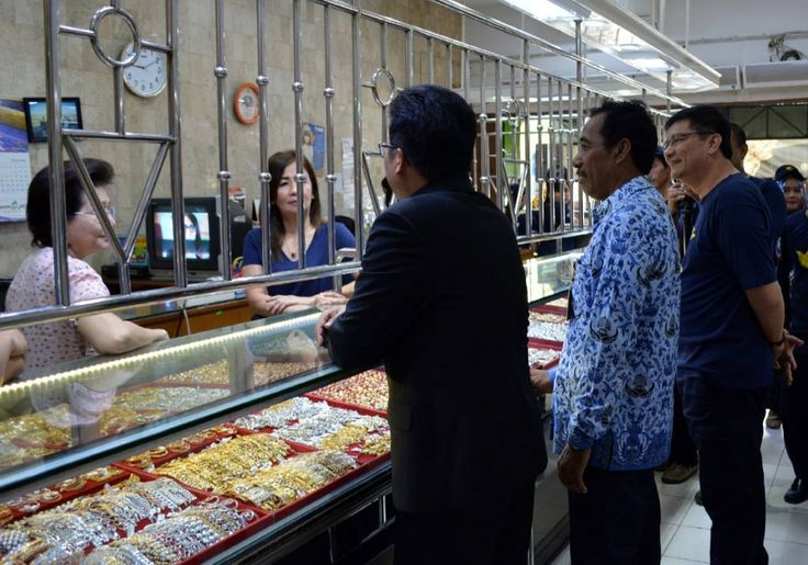 (Plt.) Bupati Jepara Bp @IhwanSudrajat turut mengkapanyekan #AmnestiPajak kepada pedagang emas untuk memanfaatkan masa pengampunan periode II yang akan segera berakhir.  Berlokasi di Pasar Jepara Satu pada tanggal 29 November 2016.