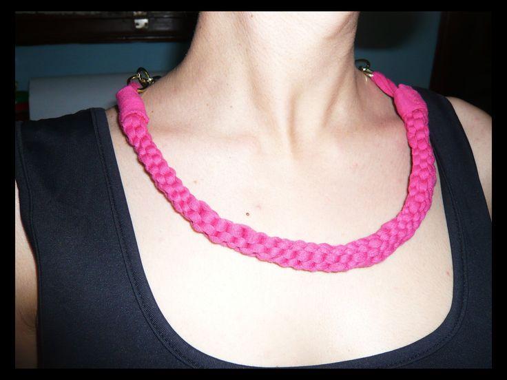 Cómo hace un collar de trapillo. Necklace with  T-shirt yard (English sub)