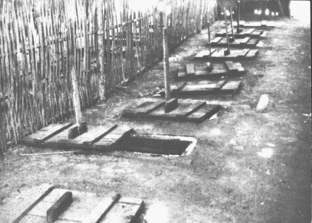 Latrines in vrouwenkamp Banjoebiroe, 1945. Om welk van de kampen in Banjoebiroe het gaat, is onbekend.