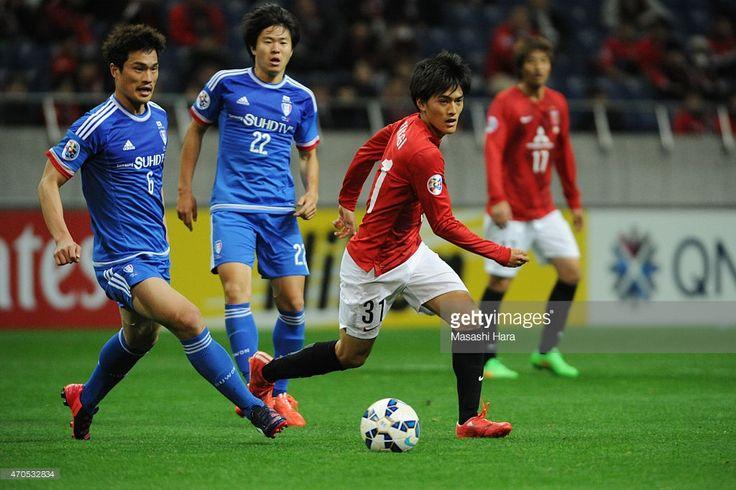 Toshiyuki Takagi #31 of Urawa Red Diamonds (R) in action during the AFC Champions League Group G match between Urawa Red Diamonds and Suwon Samsung FC at Saitama Stadium on April 21, 2015 in Saitama, Japan.