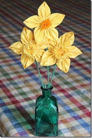 Aren't these lovely fabric daffodils? I am definately trying some of these! Caitlin's summer school dresses are yellow gingham so I can upcycle some fabric too :) I bet these would nice on a clip or hairband for school too