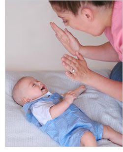 2 juegos para estimular el desarrollo de habilidades verbales en bebés de 3 meses.