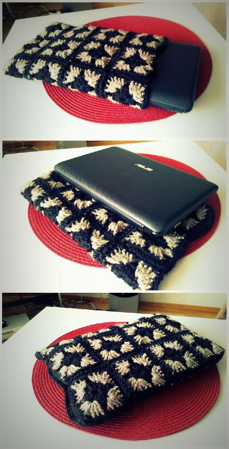 Läppäripussi miniläppärille isoäidin neliöistä. Isoveli-lankaa. Laptop sleeve with granny squares.