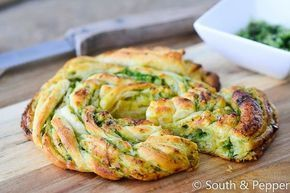 Dit basilicum-pestobroodje is ideaal als je zin hebt in lekkere comfort food. Je hebt enkel wat pesto nodig en kant-en-klare-croissantdeeg!