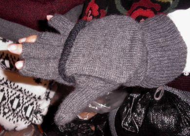 Graue #Handschuhe mit Kappe, Futter aus Vlies, #Alpakawolle. Unsere wärmsten Handschuhe aus Alpakawolle gestrickt und einem Vlies als Futter. Die Kappe kann aufgeklappt werden, wenn es zu warm wird oder man etwas tun muss wozu man die Finger benötigt. Ideal für alle die im Winter viel draußen sein müssen, vergessen Sie kalte Hände für immer!