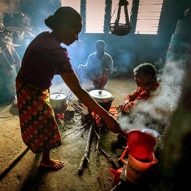 Perbincangan pagi di dapur umum, Pulau Adonara, Flores Timur, NTT. Yusuf Ahmad for BakTi. #yusufahmadpix #photojournalism #photojournalist #photodocumentary #instamakassar #instanusantara #dailylife #thephotosociety #1000kata #IniNegeriku #documentary #xt10creativityeveryday#gofujifilm