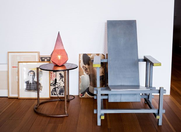 Even the Red & Blue chair by Gerrit Rietveld, which gave the painter Charley Toorop. The table is one of the furniture designed by Alvar Aalto for the sanatorium of Paimio. Lamp by Mathieu Mategot Baghdad. Among the works on the ground, Wallace Berman and Bruce Conner.