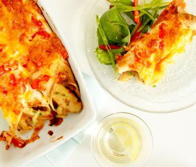 En festlig och förträffligt god kycklingenchilada med en krämig het röra av crème fraiche och jalapeños. Tortillabröden bakas i ugnen toppade med färska tomater och ljuvlig ost.