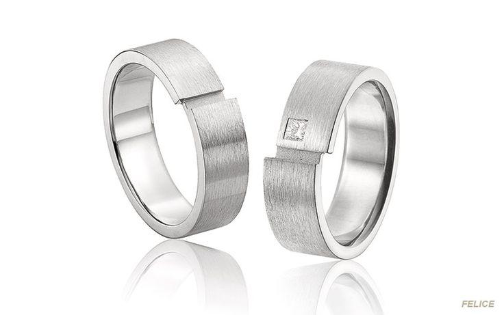 Trouwring met vierkante diamant: de damesring van deze set ringen in mat witgoud is bezet met een mooie princess geslepen diamant. De versprongen lijnen vallen meteen op.