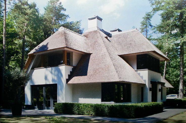 Stijlvolle witte villa met riet, zwarte kozijnen en eikenhouten accenten, in omgeving van Apeldoorn - 01 Architecten -ontworpen door Dennis Kemper tijdens de periode dat hij bij EVE-architecten werkte.