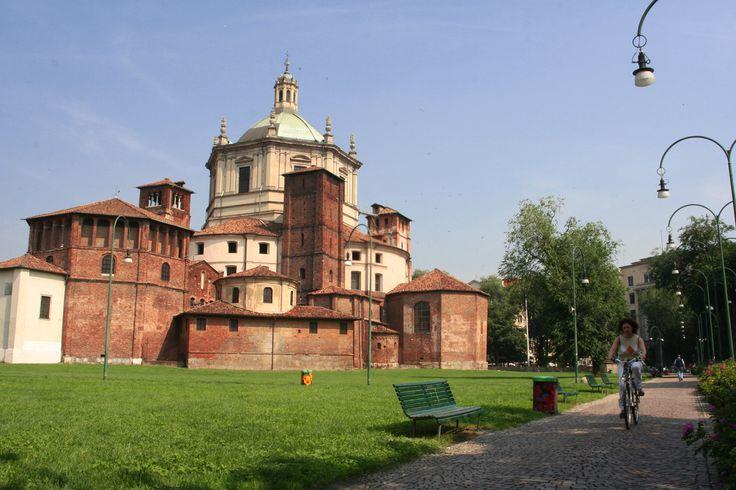 Basilica di San Lorenzo Maggiore a Milano. Parco della Vetra.