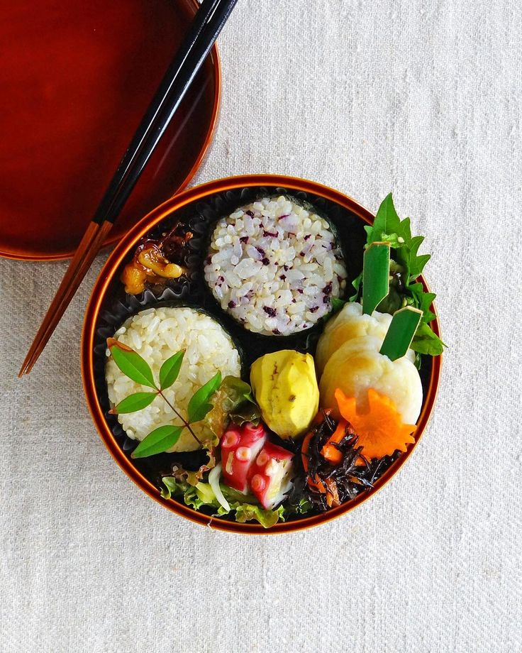 + + + Rice balls bento/おにぎり弁当 . rice balls shungiku leaves salad with shio-kombu sasa-kamaboko skewers chestnut in syrup hijiki salad marinated octopus salad . おにぎり 春菊と塩昆布のサラダ 笹かまぼこ 栗の甘露煮 ひじきの煮物 タコのマリネサラダ + + + #bento #お弁当 #春慶塗 #丸の内弁当 #飛騨春慶 #曲げわっぱ #food52 #f52grams #onigiriaction