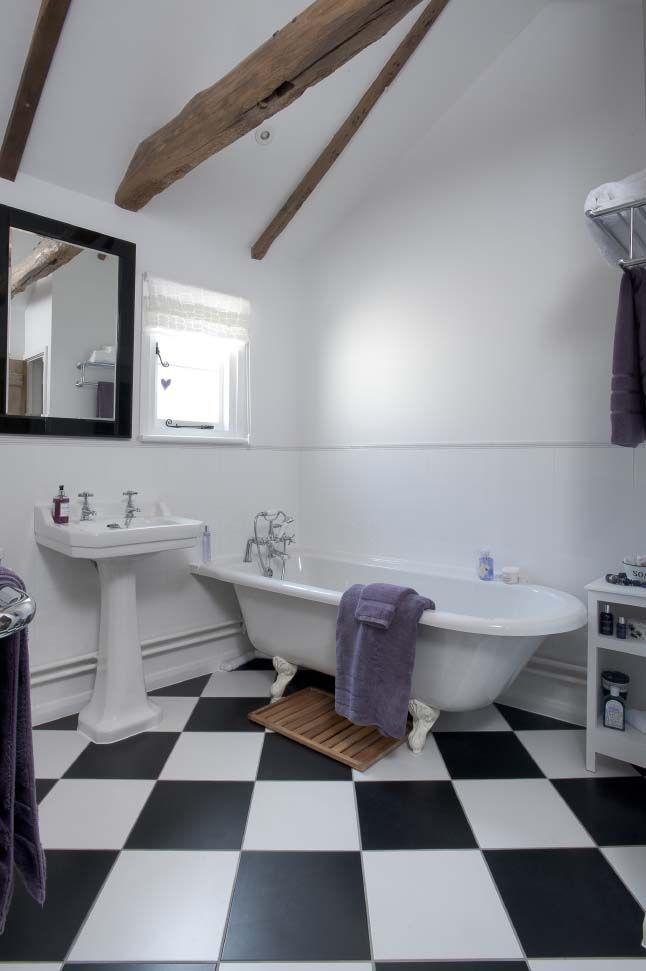 Un damier noir et blanc dans la salle de bain jolies salles de bain pinterest rouges Tableau salle de bain noir et blanc