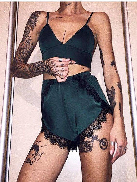 да, девушки с тату на месте белья носят нижнее белье эту неприятную проблему