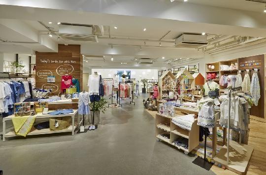 자주 플래그십스토어 2층 키즈&패션 매장. 주부들이 가정과 집 근처에서 편하게 입을 수 있는 다양한 종류의 홈웨어와 아이들을 위한 의류, 장난감, 생활용품을 판매한다.