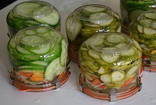 Komkommers-met-paprika-en-ui-inmaken