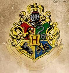 ESCOLA DE MAGIA E BRUXARIA DE HOGWARTS  Diretor: Felipe Lestrange (Ordem de Merlim, Primeira Classe, Grande Feiticeiro, Bruxo Chefe, Cacique Supremo, Confederação Internacional de Bruxos)  Prezado Sr(a)  Temos o prazer de informar que V. Sá. tem uma vaga na Escola de Magia e Bruxaria de Hogwarts. Estamos anexando uma lista dos livros e equipamentos necessários. O ano letivo começa em breve.  Aguardamos sua coruja no mais tardar (10 dias)  Atenciosamente,  Vice diretor.   Os alunos do 5° ao…