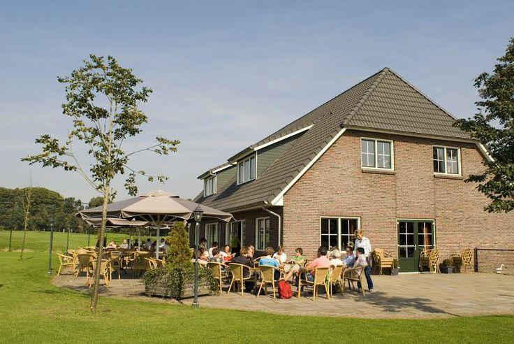 Het #clubhuis van de #pitchenputt #golfbaan in #Lemele. Gezellig om voor of na een #uitje van een #hapje of een #drankje te genieten.