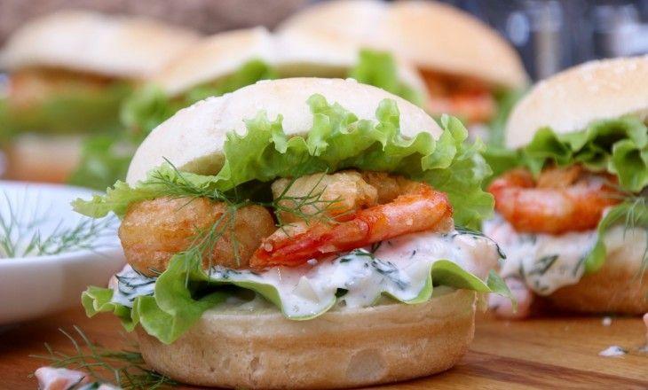 Miniburgare eller sliders som de kallas, i smarrig variant med nyfriterade räkor och gurkdressing.