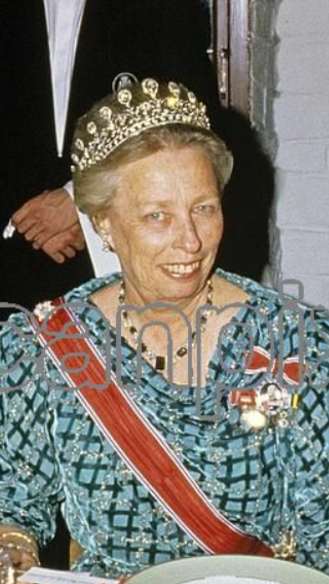 Queen Maud Grand Diamond tiara up close. Look at those stunning stones. Ca 15 large stones on top of a bandeau of diamonds.  Original pic from Scanpix. Febr. 1987.