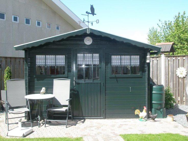 Deze blokhut, groen geverfd, staat garant voor een fijne opslag van je spullen. Ook ideaal als tuinhuis te gebruiken. #blokhut #tuinhuis #VanKootenTuinenBuitenleven