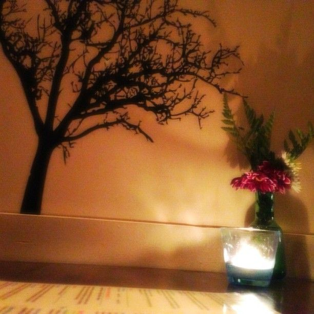 Live Organic Food Bar table and wall decor. Photo by VegansTO  http://VegansTO.blogspot.ca