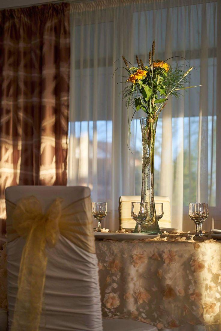 Vază cu aranjament din floarea soarelui și dantelă cu flori 3D