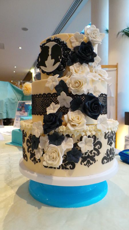 Wedding Cake Vintage - dentelle en sucre et fleurs noires & blanches en pâte à sucre / Vintage Wedding Cake - Cakelace with black & white flowers in fondant
